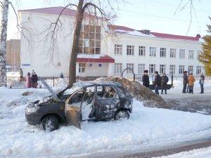 Под окнами школы сгорел автомобиль