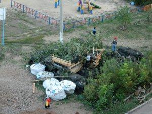 Во дворе дома № 64 на пр. Ленина уже месяц лежит груда строительного мусора