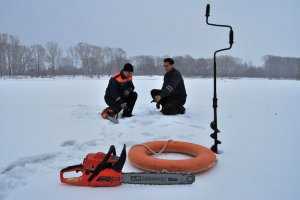 На лед толщиной меньше 7 сантиметров ступать нельзя