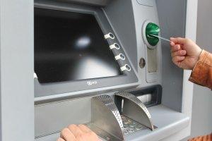 В Ишимбае женщина сняла деньги в банкомате, но забыла их забрать