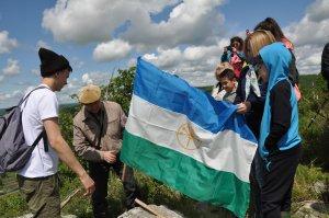 На вершине одной из самых высоких гор Ишимбайского района установили флаг Башкортостана