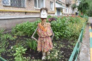 Двор дома 8б на ул. Революционной в Ишимбае украшает городок, сооруженный ж ...