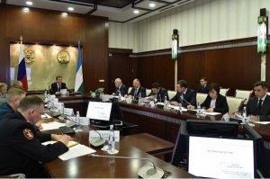 Радий Хабиров предложил взять на особый контроль «вооруженные» семьи с деть ...