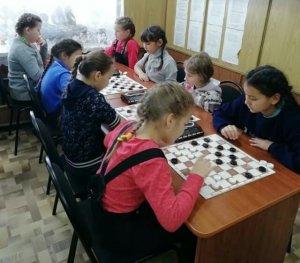 В Ишимбае сибайские школьники, проходящие здесь лечение, сыграли в шашечном турнире «Ишимбай-Сибай»