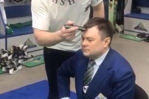 Хоккеисты «Салавата Юлаева» побрили наголо пресс-секретаря клуба