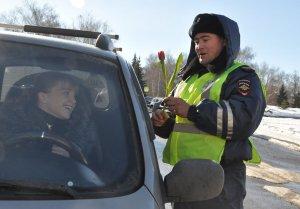 В Ишимбае инспекторы ГИБДД дарили автоледи цветы