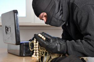 Полиция разыскивает подозреваемого в краже из ювелирного отдела